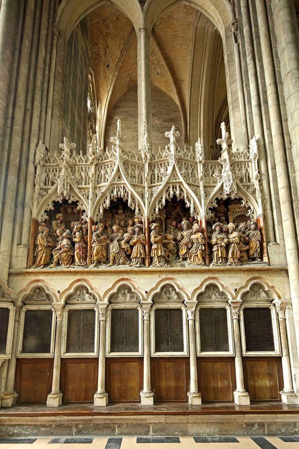 Sculptures évoquant la vie de Saint-Jacques. Cathédrale d'Amiens.