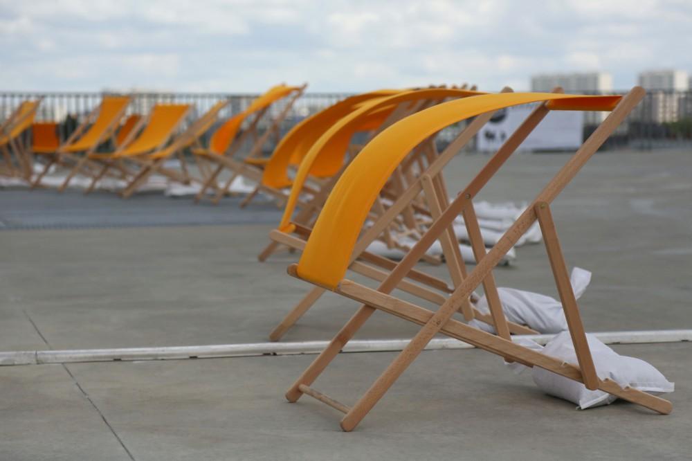 Toiles de chaises longues dans le vent.